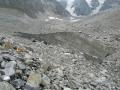 Pokryty kamieniami lodowiec.